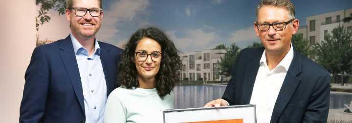 Die BUWOG verfügt über ein zertifiziertes Energiemanagement ISO 50001: Zertifikatübergabe durch Jochen Buser (r.) von GUTcert an BUWOG-Geschäftsführer Alexander Happ (l.) und Nachhaltigkeitsmanagerin Amira Zauchner.
