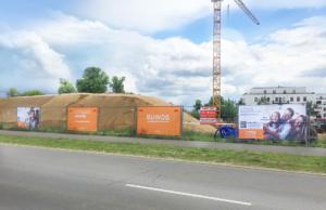 Ordentlich aufgereihte Erdhaufen , davor unser Bauzaun - die Baustelle im Juli 2020