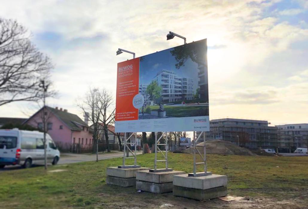 Gut informiert: Das Bauschild der Baustelle BUWOG NEUE MITTE SCHÖNEFELD. Foto: BUWOG / Kaul