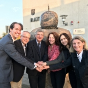 Verkäufer, Bauträger und Bürgermeister gemeinsam vor dem Rathaus. Foto: Michael Divé